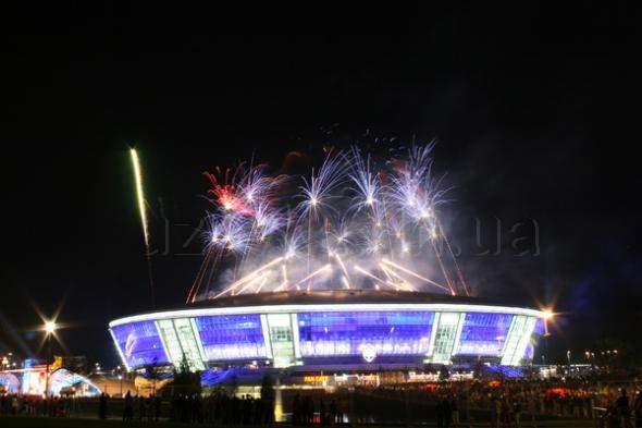 """Праздничный фейерверк над стадионом """"Добасс Арена"""""""