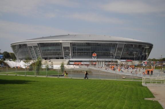Фото Донецка. Зеленый газон на подступах к стадиону.