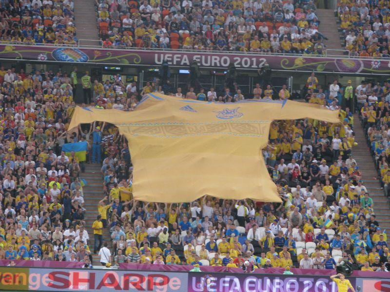 Евро-2012. Матч Украина-Франция. Болельщики развернули символику.